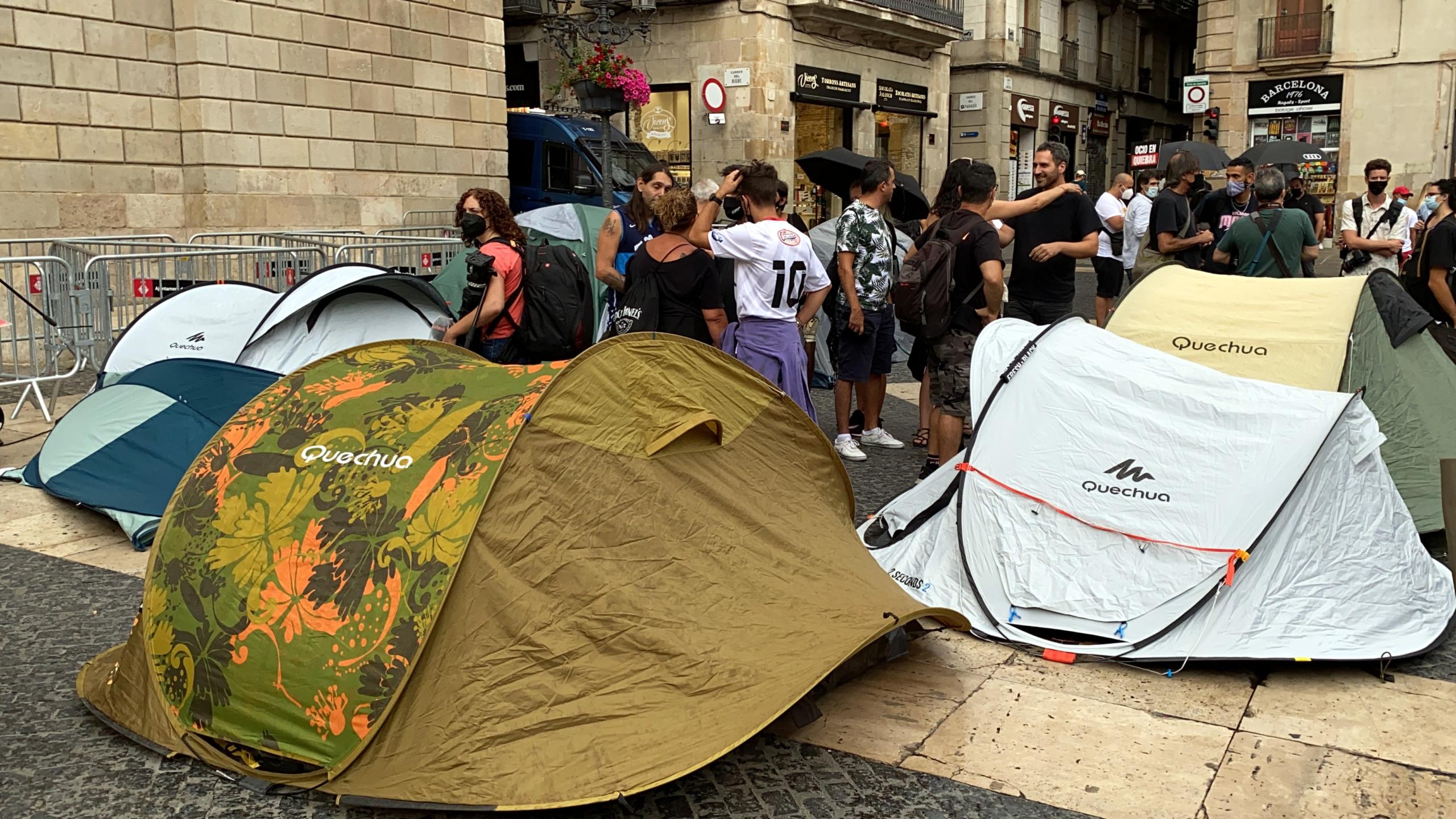 Empresaris de l'oci nocturn acampen a la plaça Sant Jaume / Marta Casado Pla (ACN)
