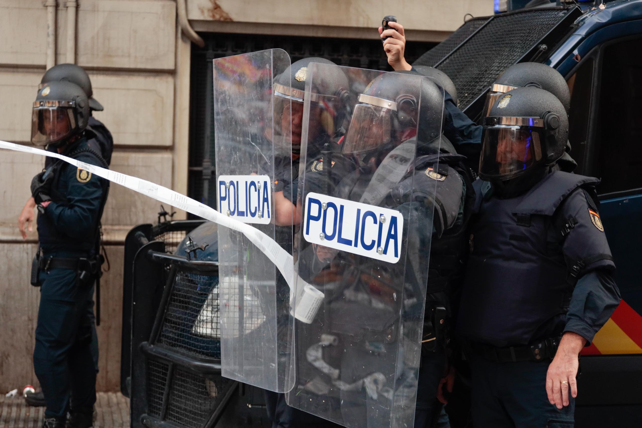 Un agent de la Policia Nacional enregistra manifestants davant la comissaria de la Via Laietana de Barcelona / ACN