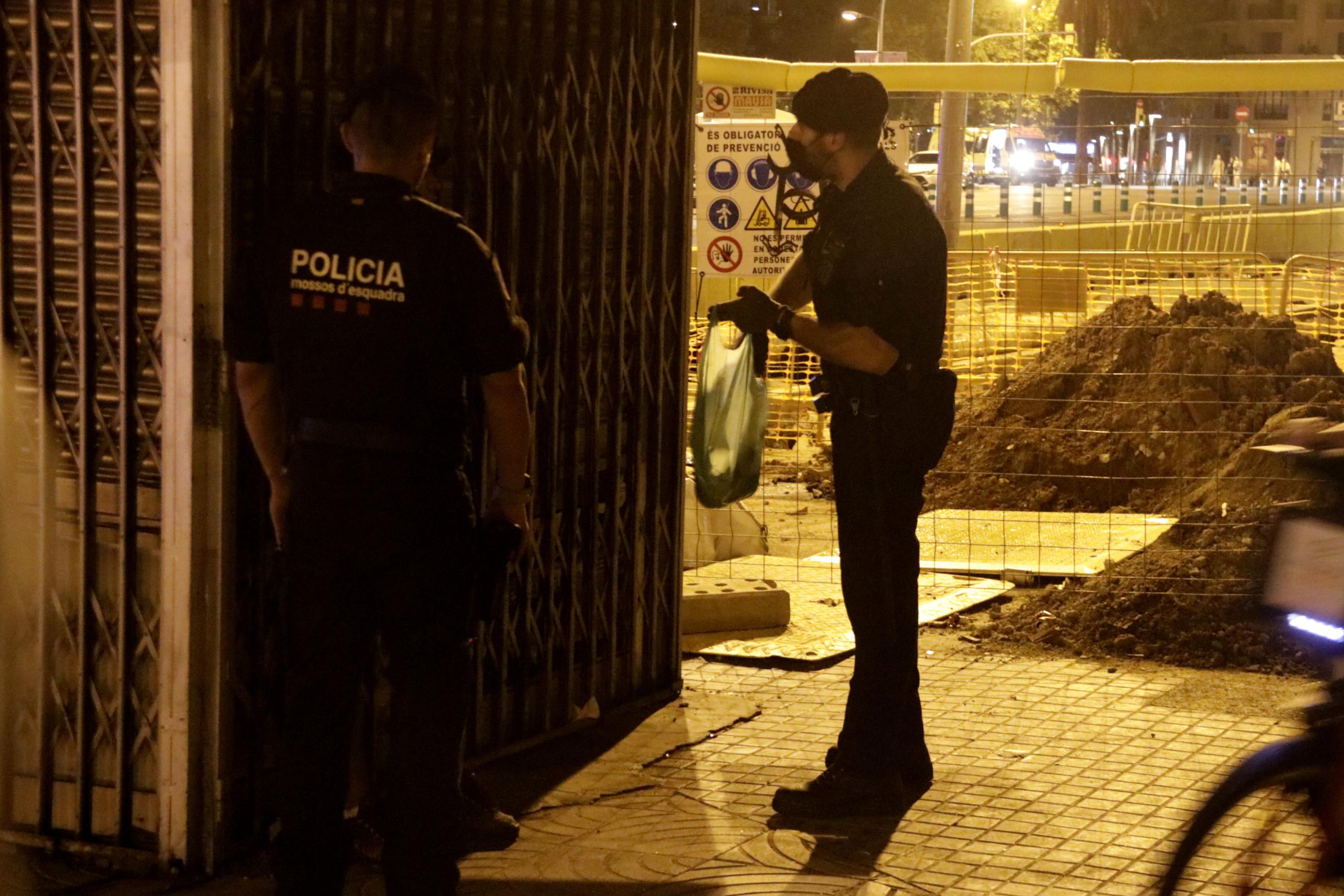 Els Mossos escorcollen un home que volia entrar a plaça Espanya amb ampolles / ACN