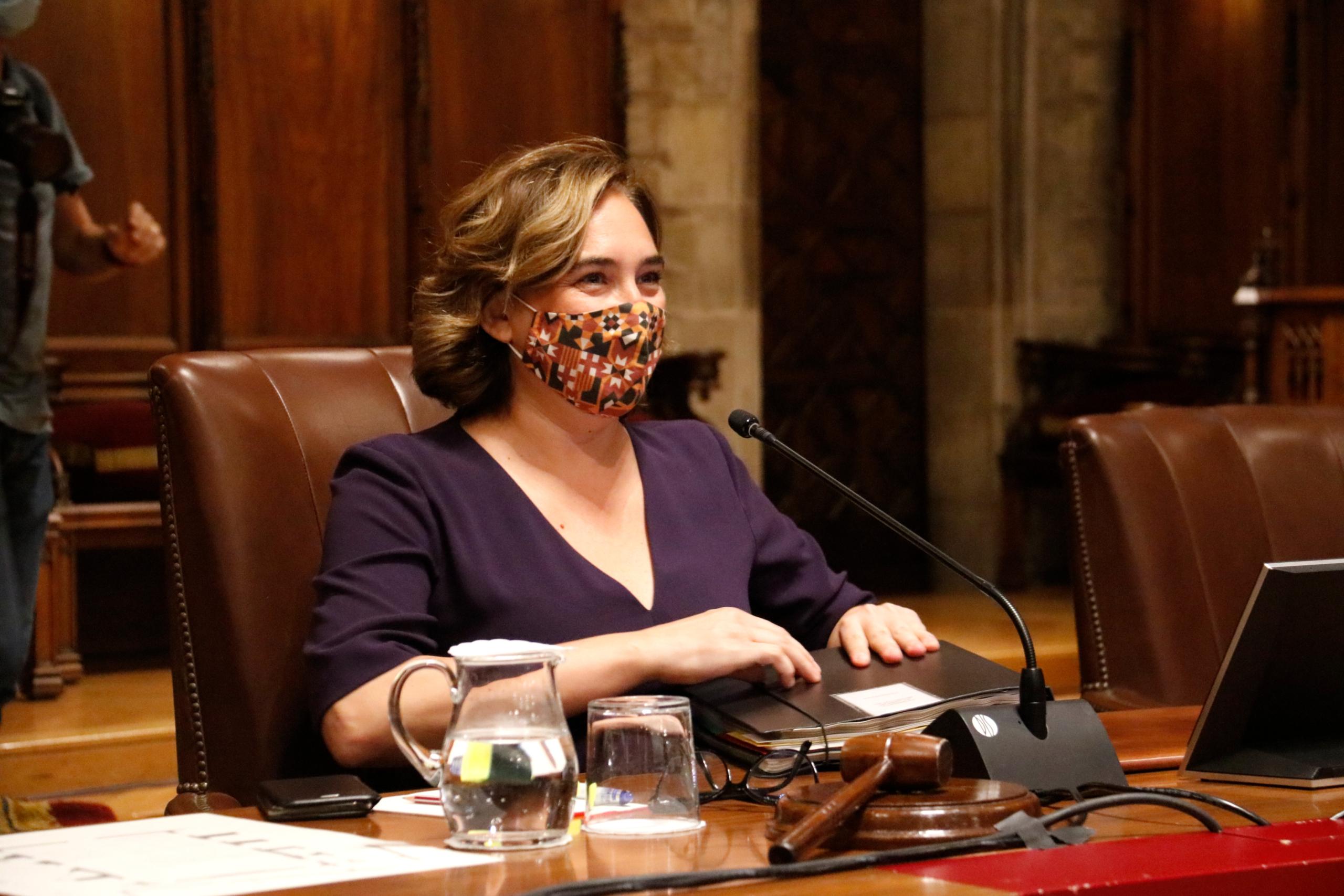 L'alcaldessa Ada Colau a l'inici del ple, al Saló de Cent / ACN