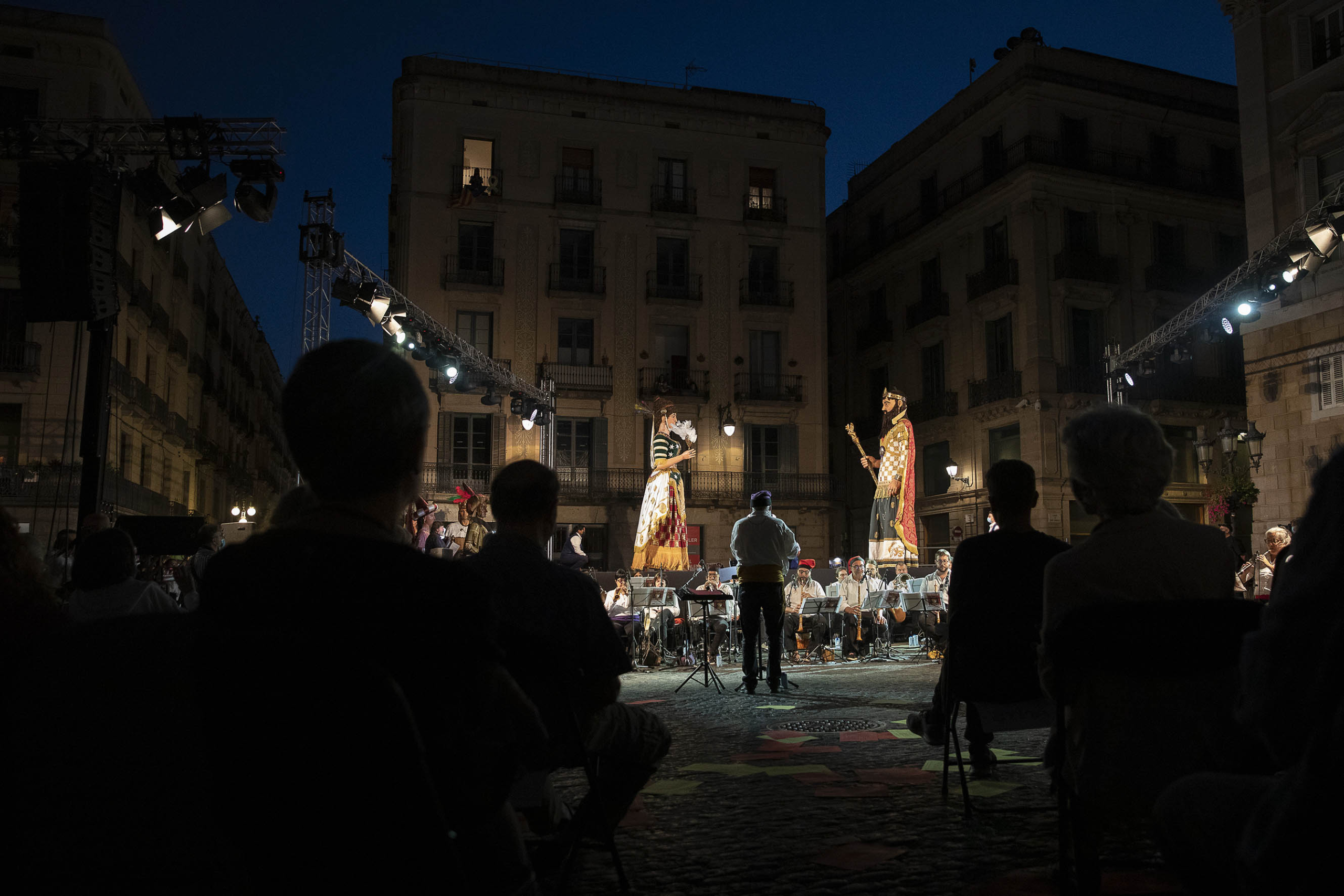 Públic a la plaça de Sant Jaume després del toc d'inici de la Mercè de 2021 / Jordi Play